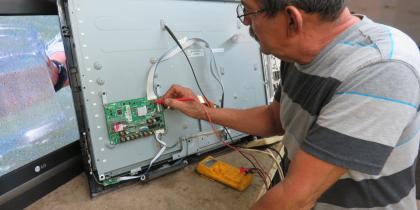 Daniel Sr testing a Samsung Main Board
